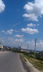 под голубыми небесами